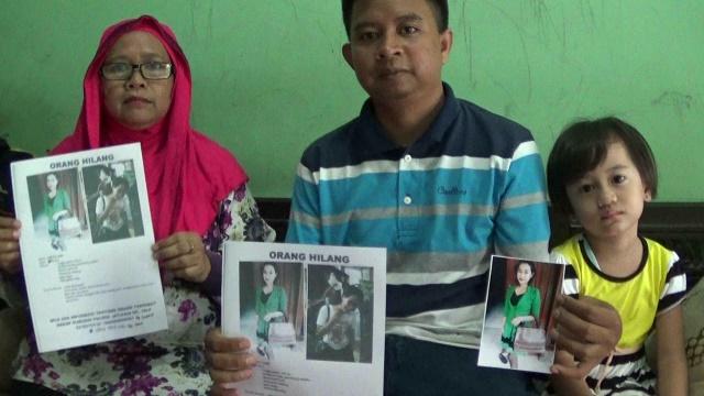 Rahmat, ibu dan anaknya terus mencari keberadaan Novita.