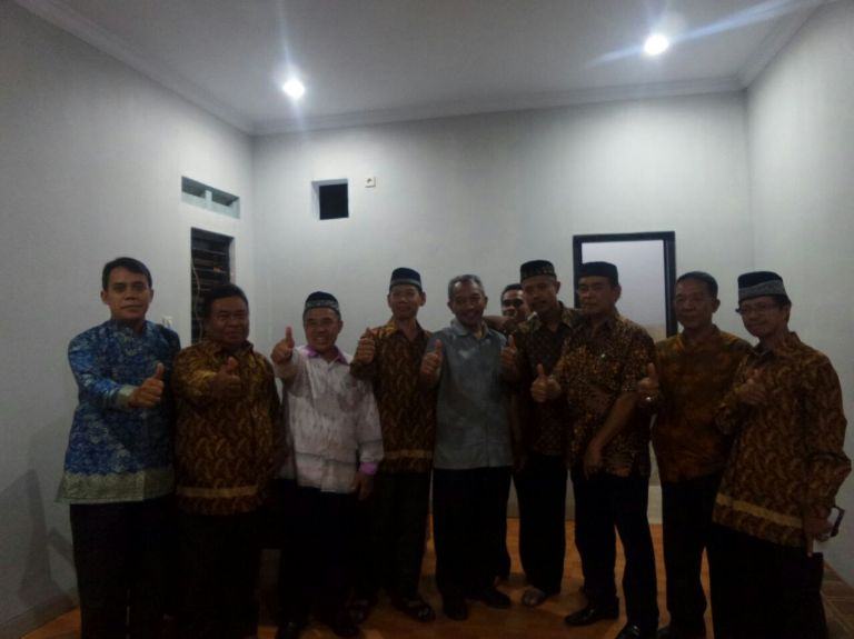 Ahmad Syaikhu bersama pengurus RW 25 di dalam kantor sekretariat RW 25.