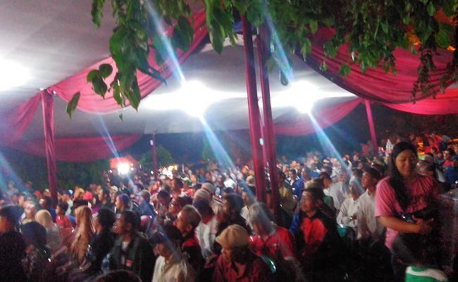 Ratusan penonton memadati kursi yang tersedia.