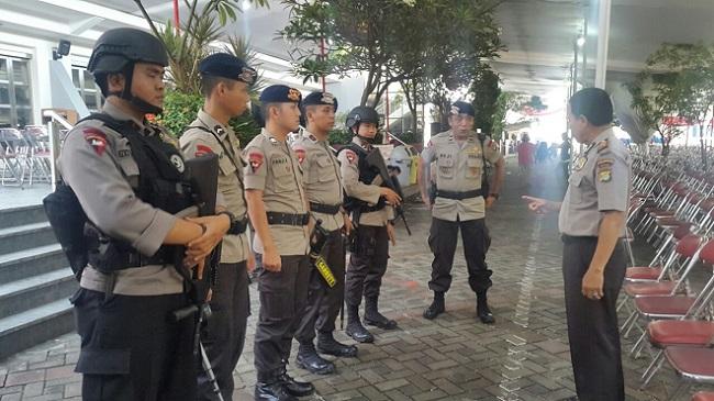 Kasubag Ops Polresta Bekasi Kota AKP Suyatmo mendampingi tim Gegana pimpinan Ipda Muji.