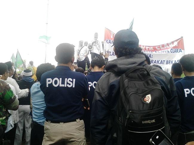 polisi mengawal-demo