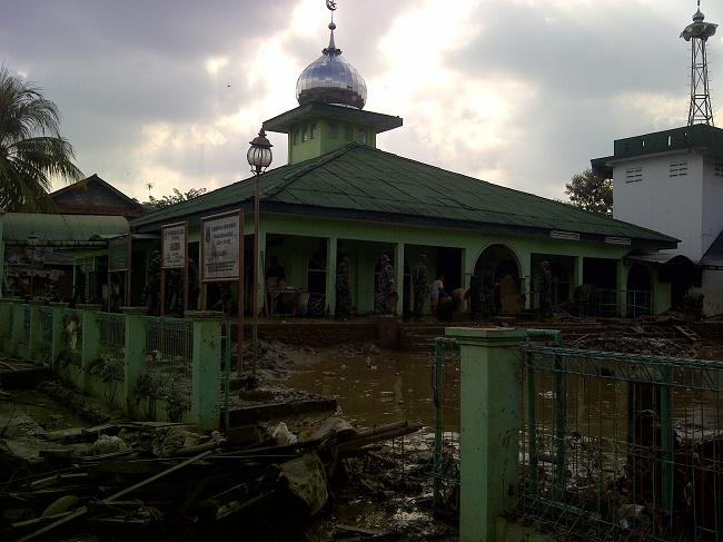 Halaman masjid di PGP nampak luluh lantak pascabanjir.