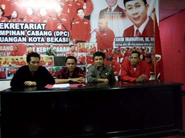 Pengurus DPC PDIP Kota Bekasi beserta pengurus PDIP tingkat kecamatan.