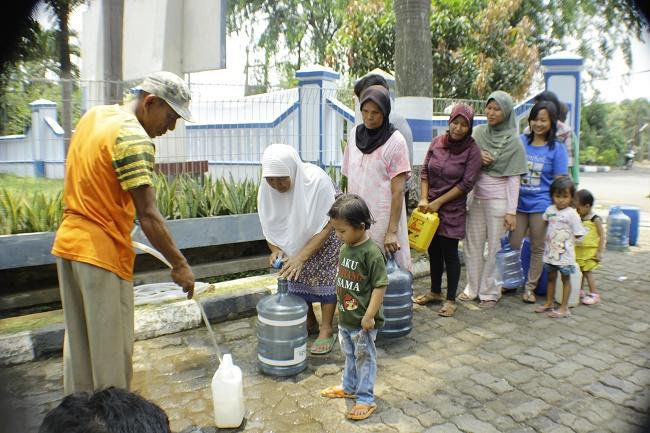 Warga Kota Bekasi mengantre air bersih.