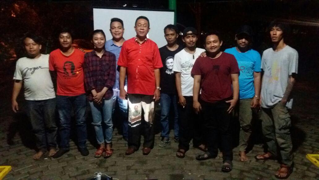 Jurnalis Bekasi menonton film Spotlight di jantung Taman Alun-alun Bekasi. Anggota DPRD Kota Bekasi, di tengah, juga ikut bergabung.